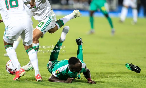 #AFCON2019Final: Algerian defence dealing with SADIO MANE